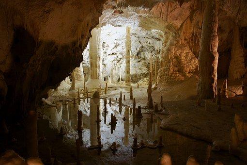 Marche: grotte e città sotterranee